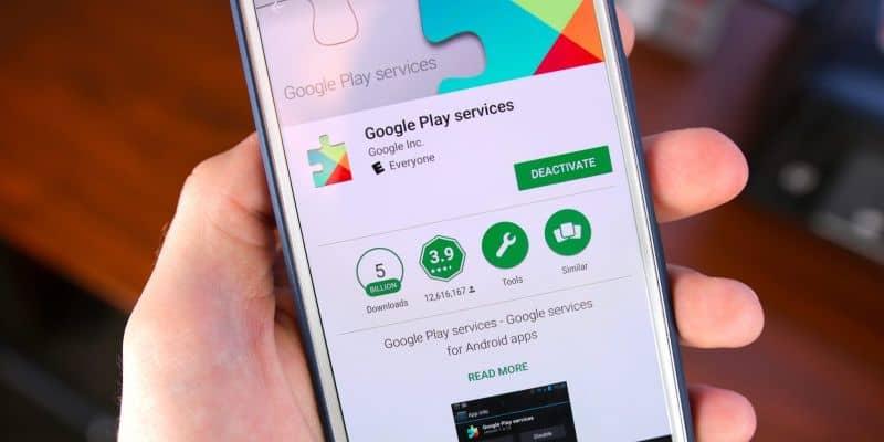 Móvil en mano para la actualización de Google Play Store