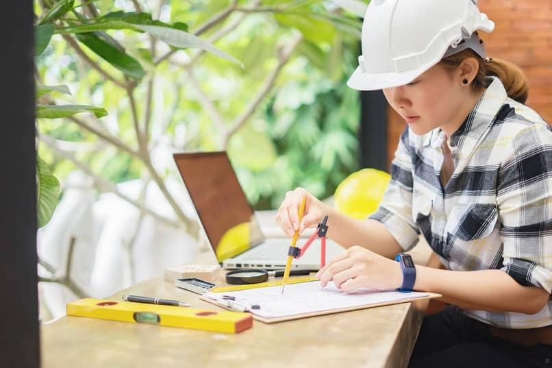 arquitecto trabajando con planos