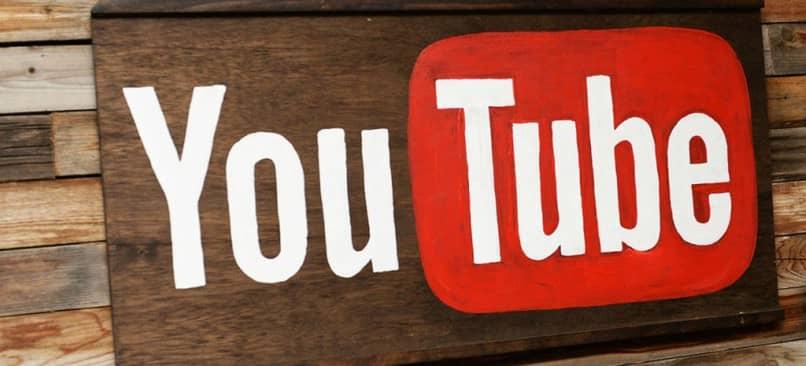 logo de youtube en madera