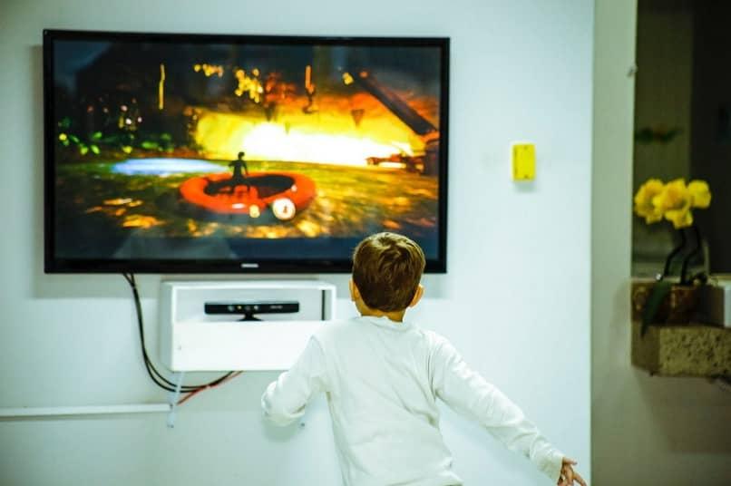 niño jugando tv en casa