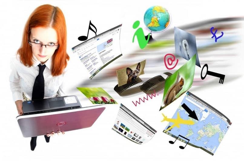 mujer navegando con su laptop