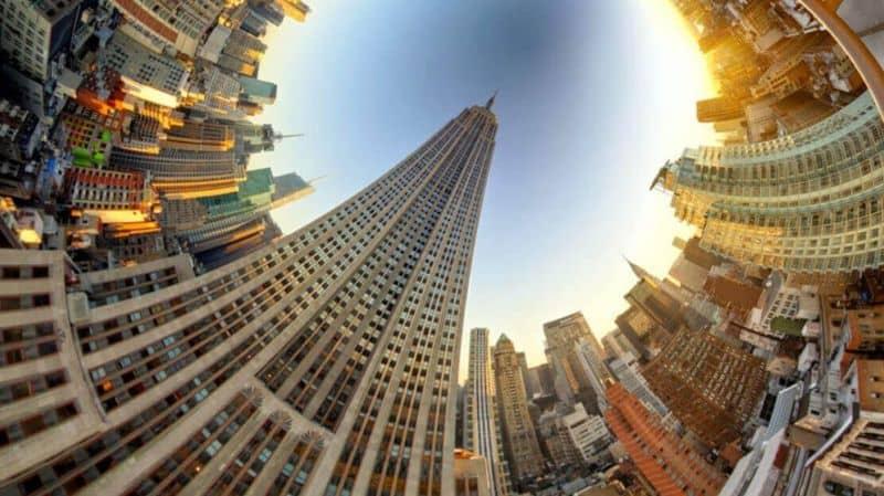 Imagen de 360 grados de edificios y cielo.