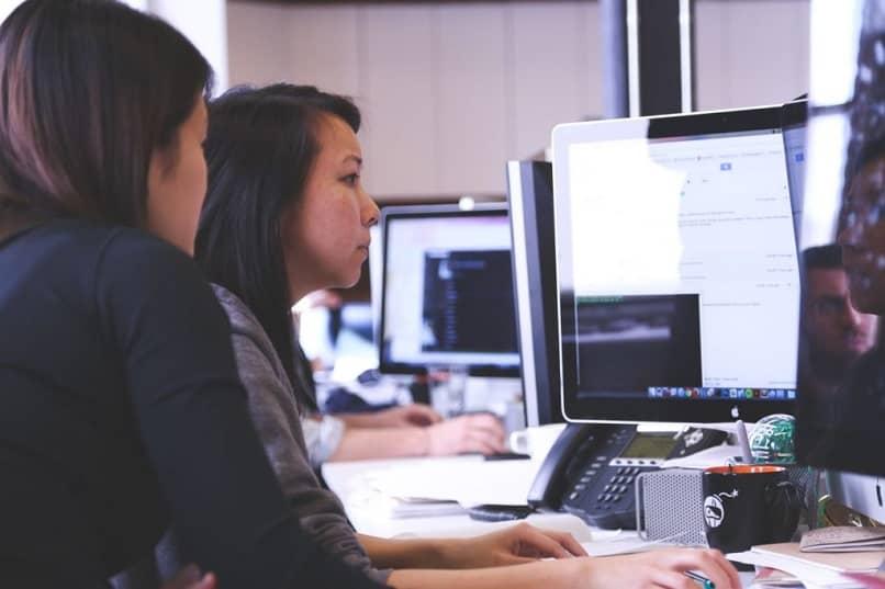 las mujeres están trabajando en la palabra con el documento.