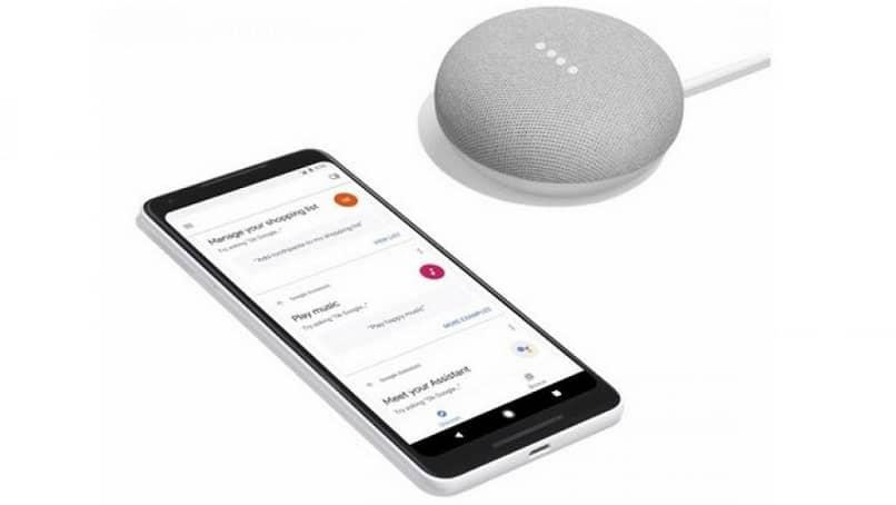Smartphone Android con altavoz al lado