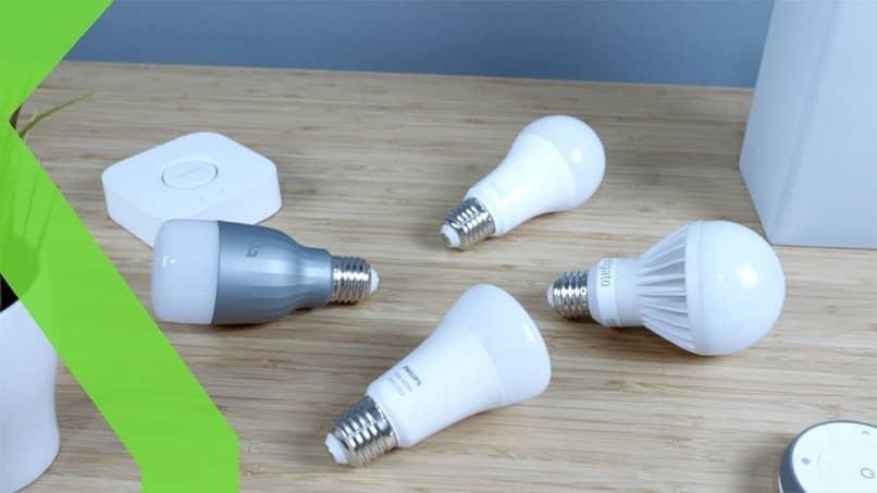 grupo de lámparas led e inteligentes