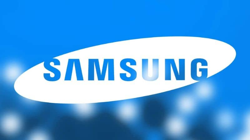 El logo de Samsung blanco sobre un fondo azul borroso