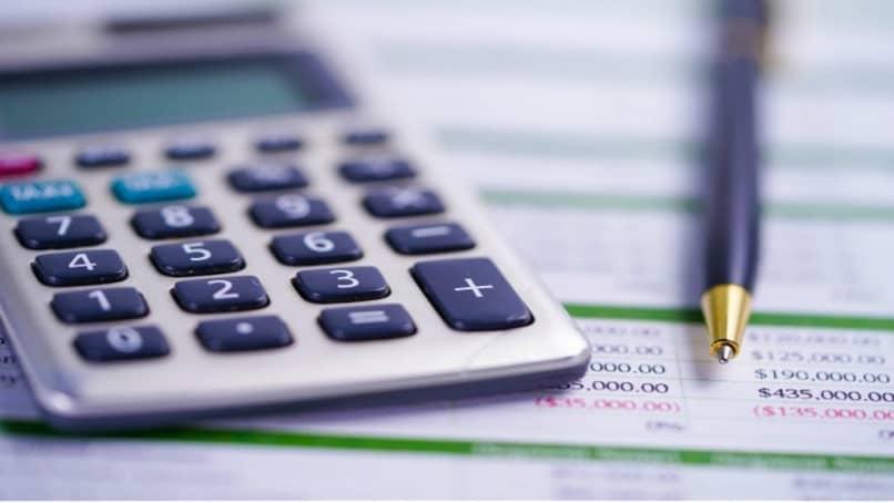 calculadora y bolígrafo para llevar registros contables
