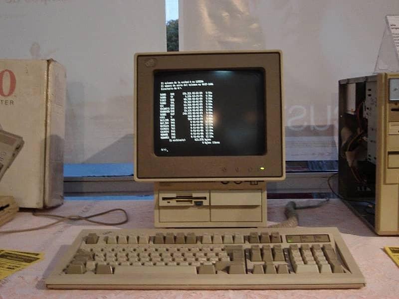 la computadora parece vieja de segunda generación