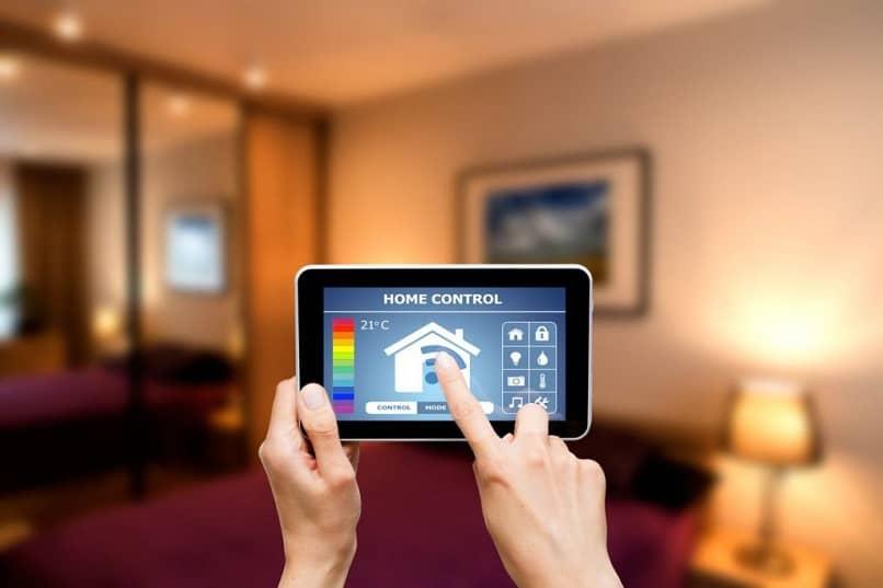 tableta con aplicación para control de iluminación