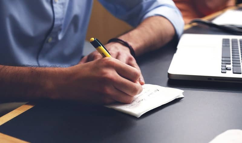 El hombre escribe